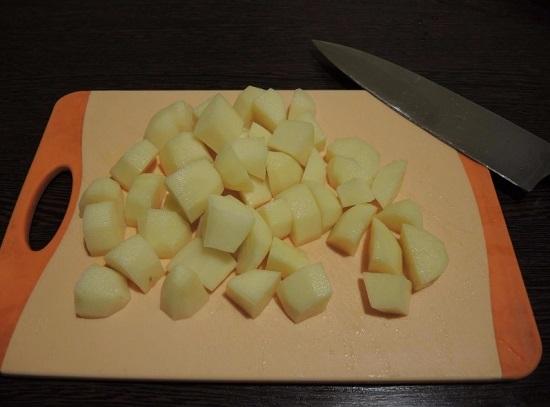 Нарезаем картофель брусочками