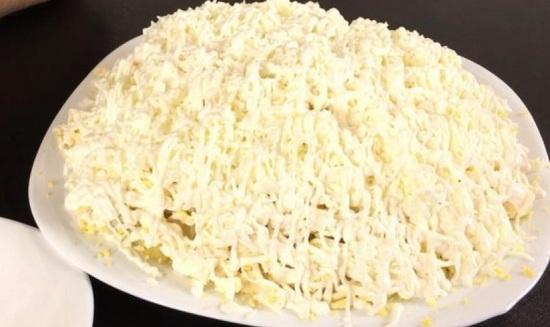 салат «Невеста» с курицей и плавленым сыром