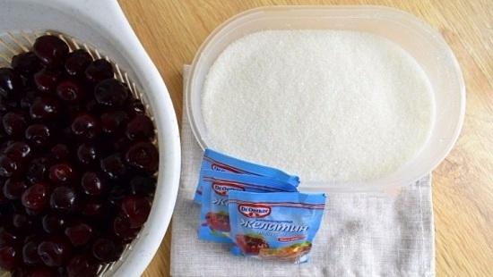 Подготовим вишневые ягоды: промоем