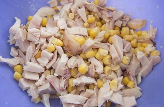 добавляем кукурузу в салатницу