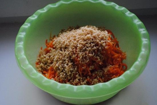 Соединяем их в отдельной пиале с морковью