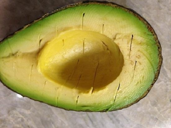Сделаем на мякоти авокадо неглубокие надрезы