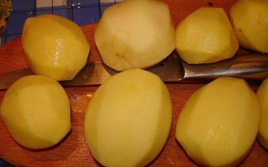 Картофельные корнеплоды чистим