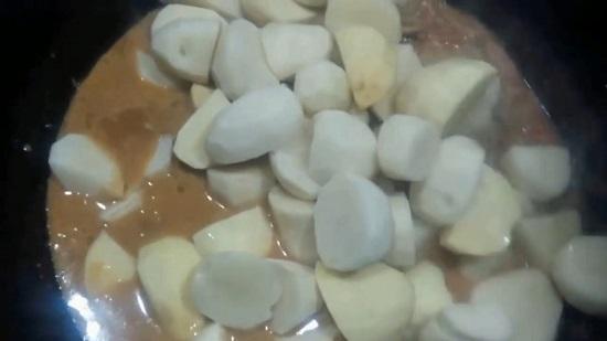 Теперь добавим картофель