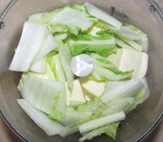 добавляем плавленый сыр и соевый соус
