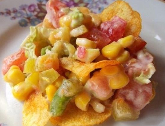 Салат «Козел в огороде» с чипсами и овощами