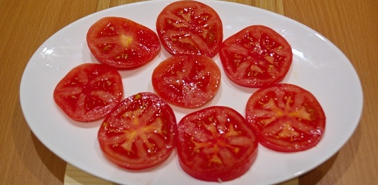 Выложим томаты на блюдо