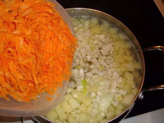 отправляем в кастрюлю тертую морковь