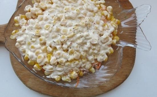 кукурузу сначала выкладываем в дуршлаг