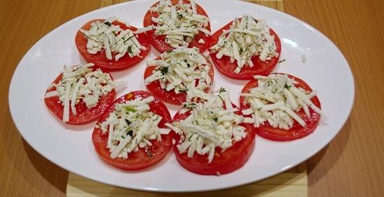 на каждый кружок помидора по ложке полученной массы
