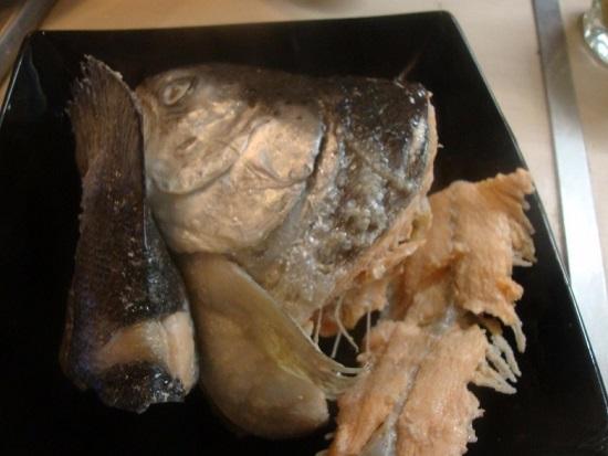 Части форелевой тушки выкладываем в тарелку