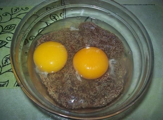 Добавляем куриные яйца