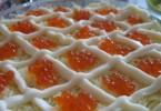 Салат с красной икрой (кальмарами, креветками, крабами)