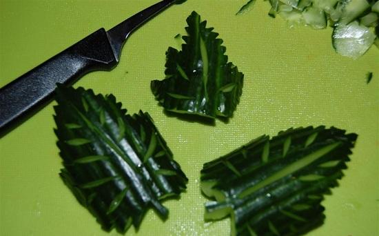 Из огурца вырезаем красивые листики
