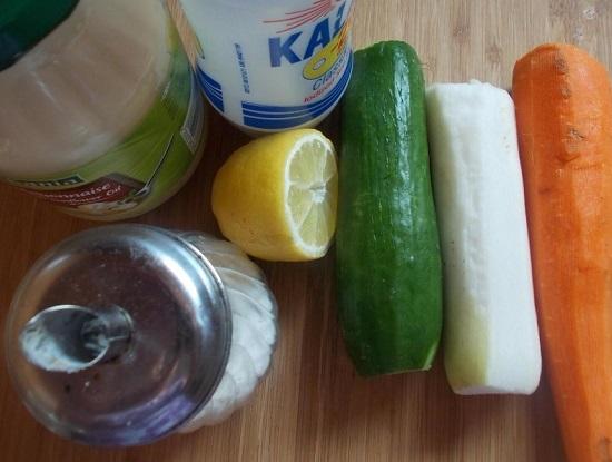 Очищаем морковь и дайкон от кожицы