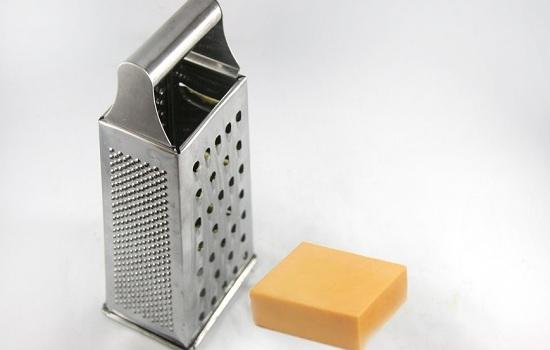 Сыр измельчим кубиками