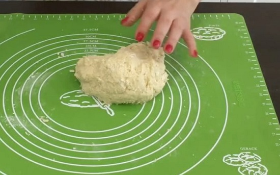 присыплем просеянной мукой и выложим наше тесто