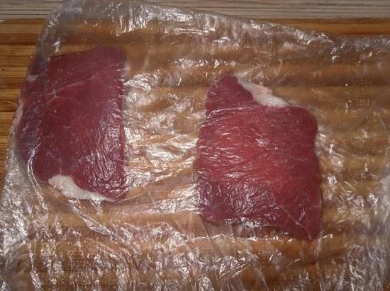 Выкладываем порционные кусочки говядины