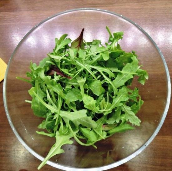 рукколу в салатницу