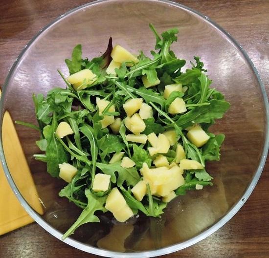 отварной картофель в салатницу