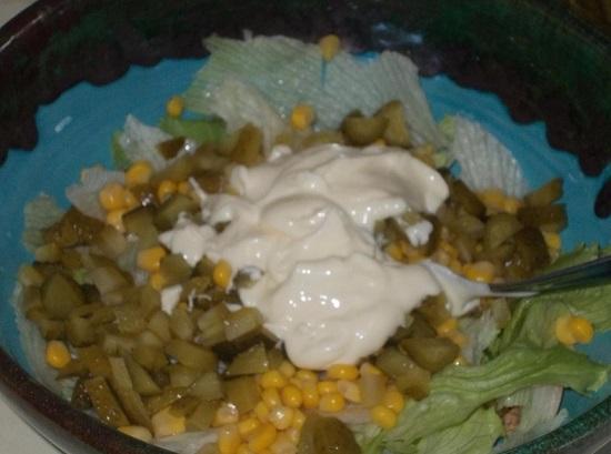 добавляем приготовленный соус в салат