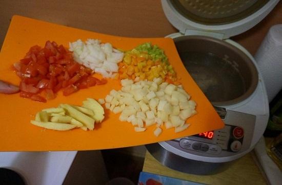 добавляем нашинкованные овощи