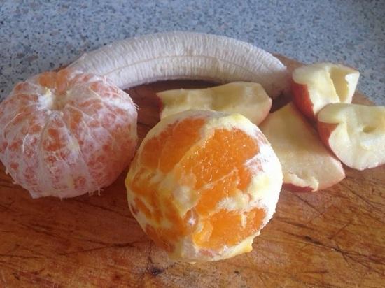 Промываем фрукты и очищаем их