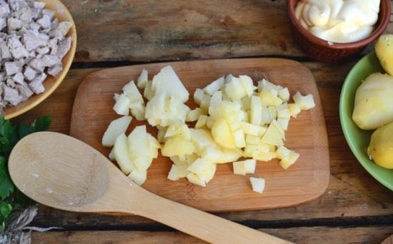 Отварной картофель чистим и нарезаем