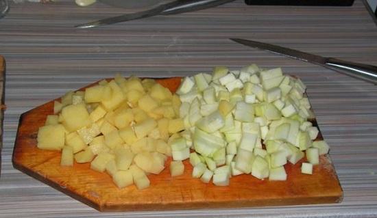 Картофель с кабачком очистим и нарежем