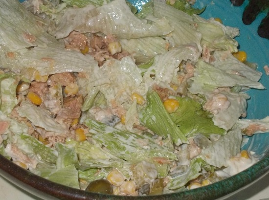 Руками перемешиваем ингредиенты салата