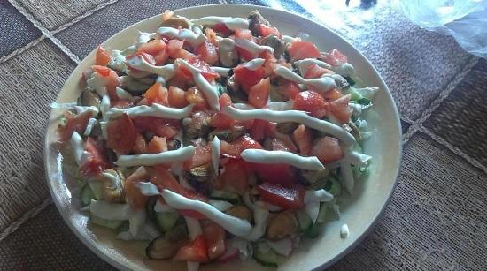 Нарезаем дольками томаты