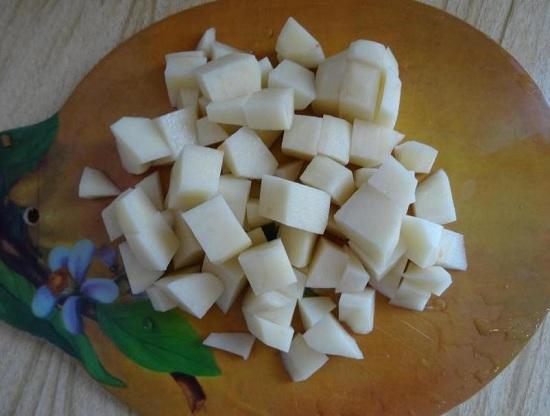 Картофельные клубни очищаем, промываем