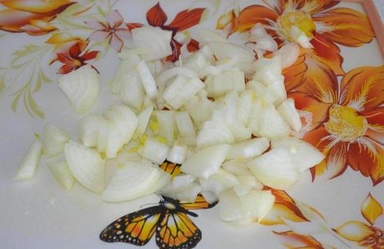 Шинкуем меленькими кубиками лук