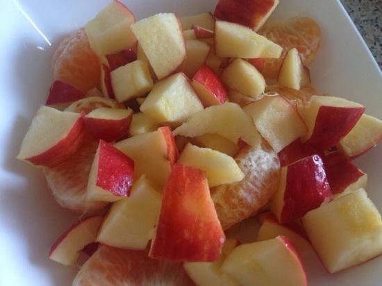 Яблоко тоже шинкуем кубиками