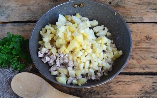 обжарим слегка картофель с мясом