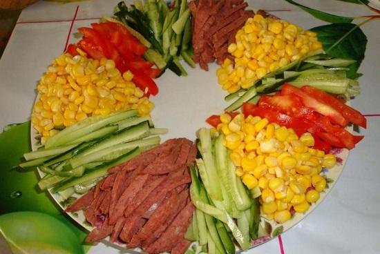 Консервированную десертную кукурузу выкладываем