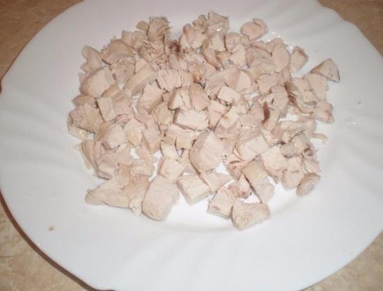 выкладываем отварное мясо птицы