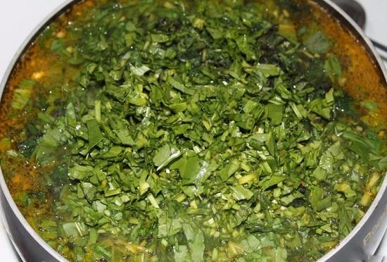 выкладываем в суп нашинкованную зелень