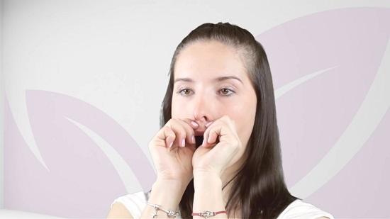 прижимаем верхнюю губу указательными пальцами