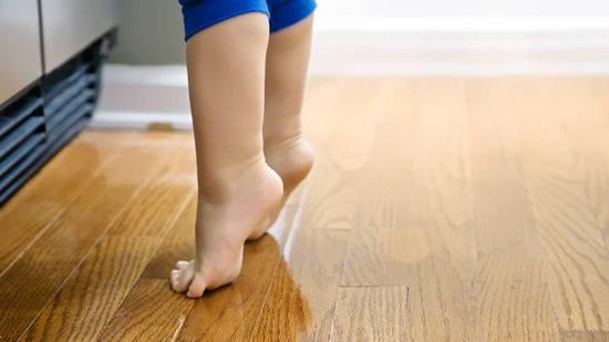 ходьба на носочках с поднятыми руками