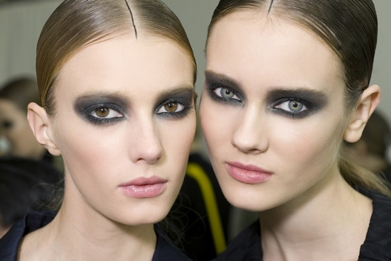 красить глаза черными тенями