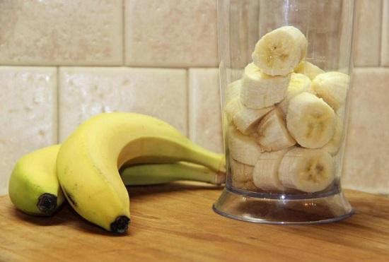 Банановую мякоть нарезаем кружочками