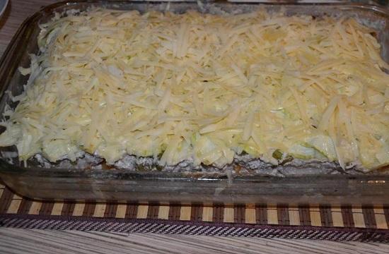 Посыпаем сверху тертым сыром