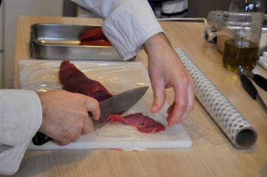 Нарезаем говядину тоненькими ломтиками