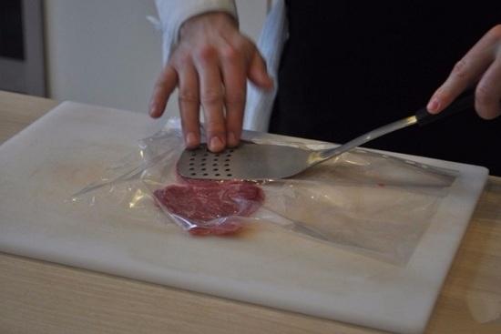 Обернем мясные ломтики пищевой пленкой
