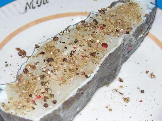 Стейк зубатки натираем морской пищевой солью