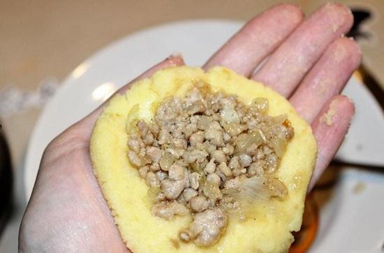 Из картофельного пюре делаем руками лепешку