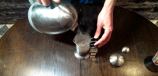насыпаем молотый кофе