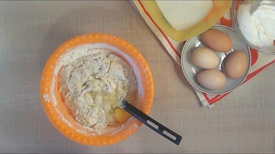 вводим 1 сырое куриное яйцо
