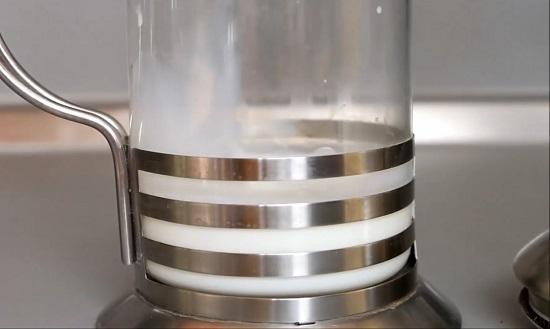 теплое молоко в френч-пресс